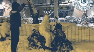 """La Policía Municipal de Madrid 'multa' a un muñeco de nieve por no llevar casco: """"Me dejan ustedes helado"""""""