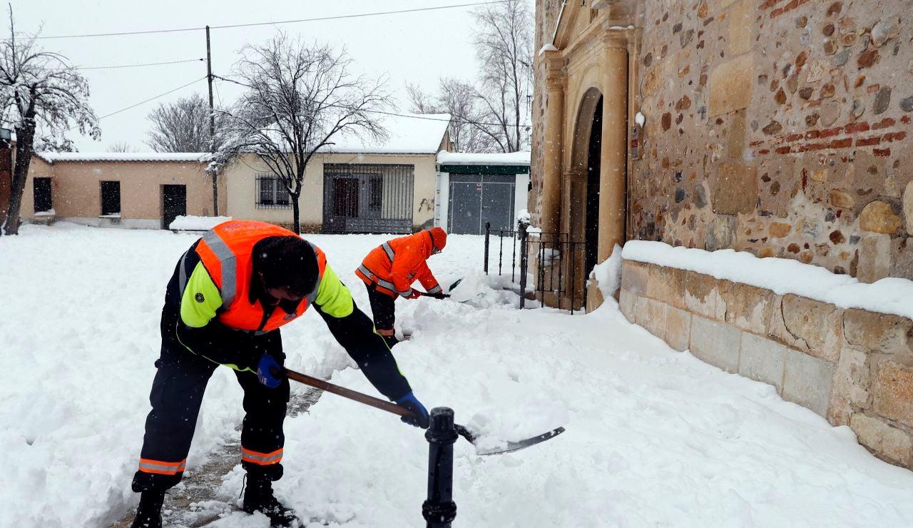 Un operario retira la nieve tras el temporal Filomena