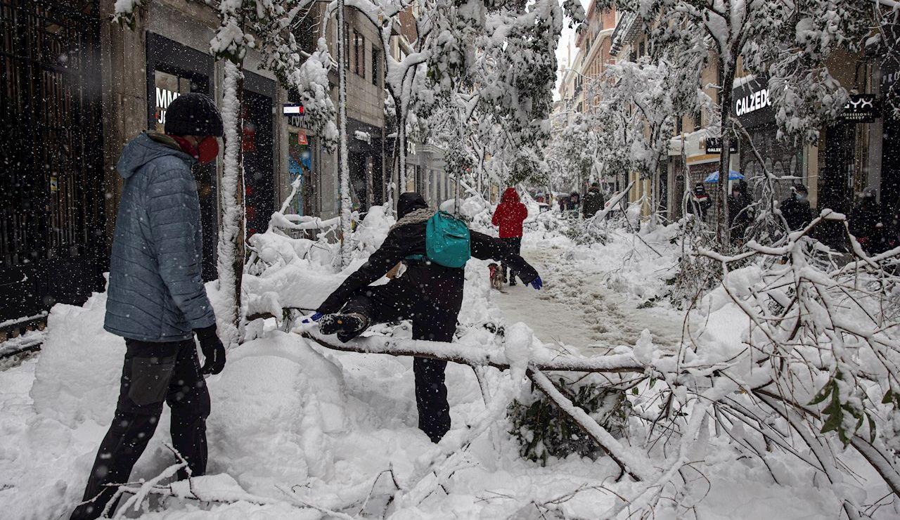 Una persona camina por la calle Fuencarral de Madrid en medio de la borrasca Filomena