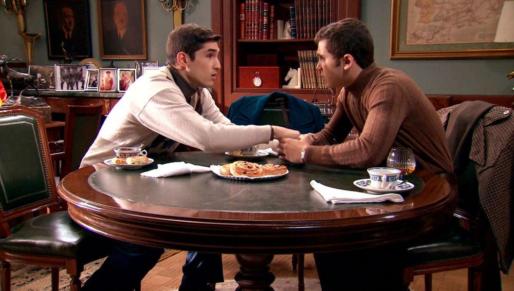 Tito, a punto de confesar a Manolín su terrible secreto