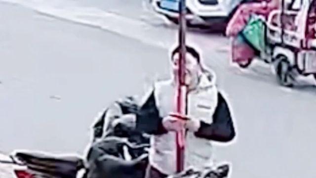 Un curioso adolescente chino se queda pegado al lamer un poste a -16c