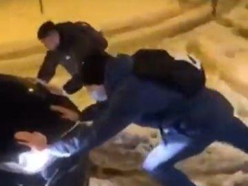 Los jugadores del Getafe terminan sacando de la nieve al coche que les envió LaLiga para llevarles al aeropuerto