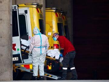 Dos profesionales sanitarios trasladan a un paciente en el hospital de Bellvitge, Cataluña