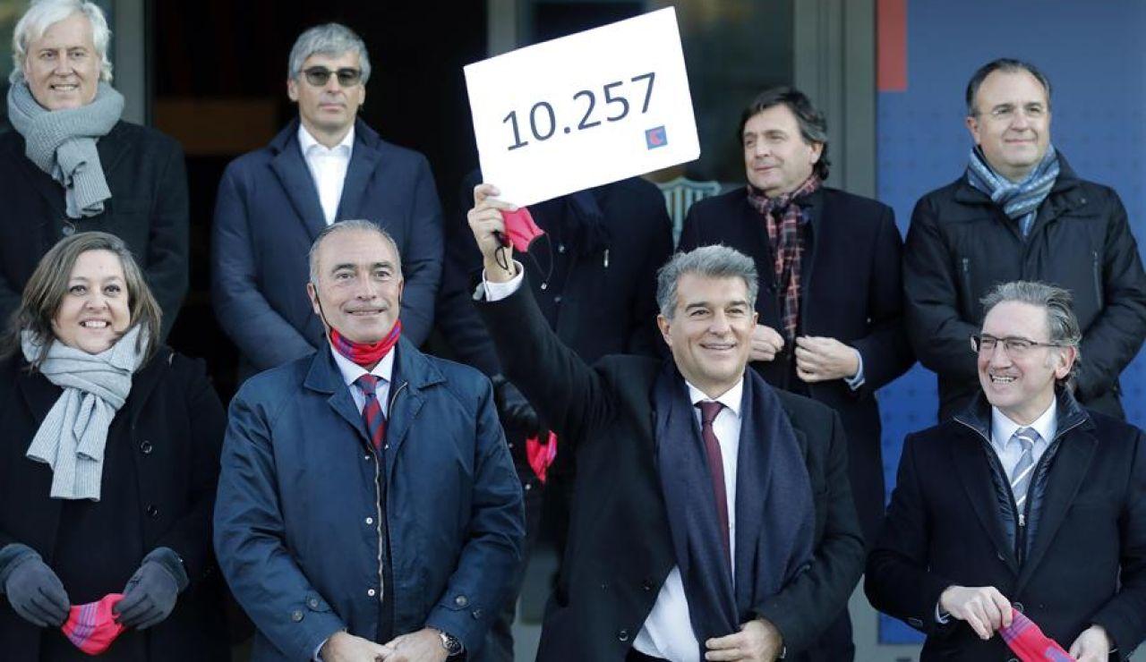 Joan Laporta entrega 10.257 firmas y Víctor Font entregará 4.710 para presentarse a las elecciones del Barcelona