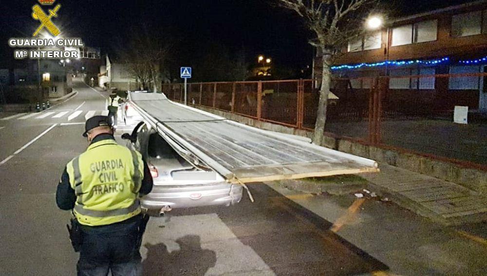 Pillado un conductor con un tablón de 8 metros sobre el techo