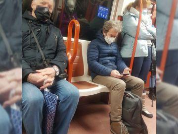 Fernando Simón viajando en el metro de Madrid