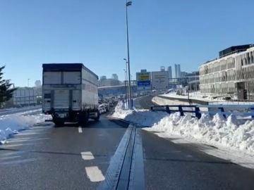 Atasco en la salida A1 en Madrid por la nieve