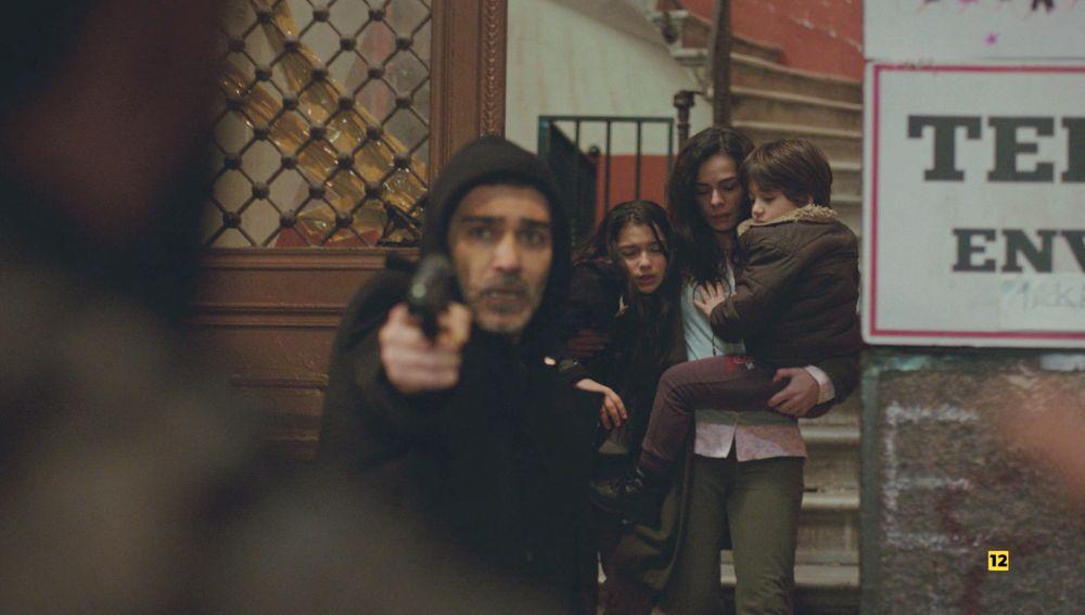 Bahar huye con Sarp ante los ojos de Arif: Máxima tensión esta noche en 'Mujer'