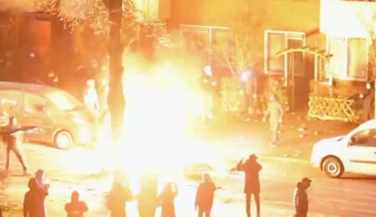 Negacionistas del coronavirus incendian Holanda en protesta por el toque de queda