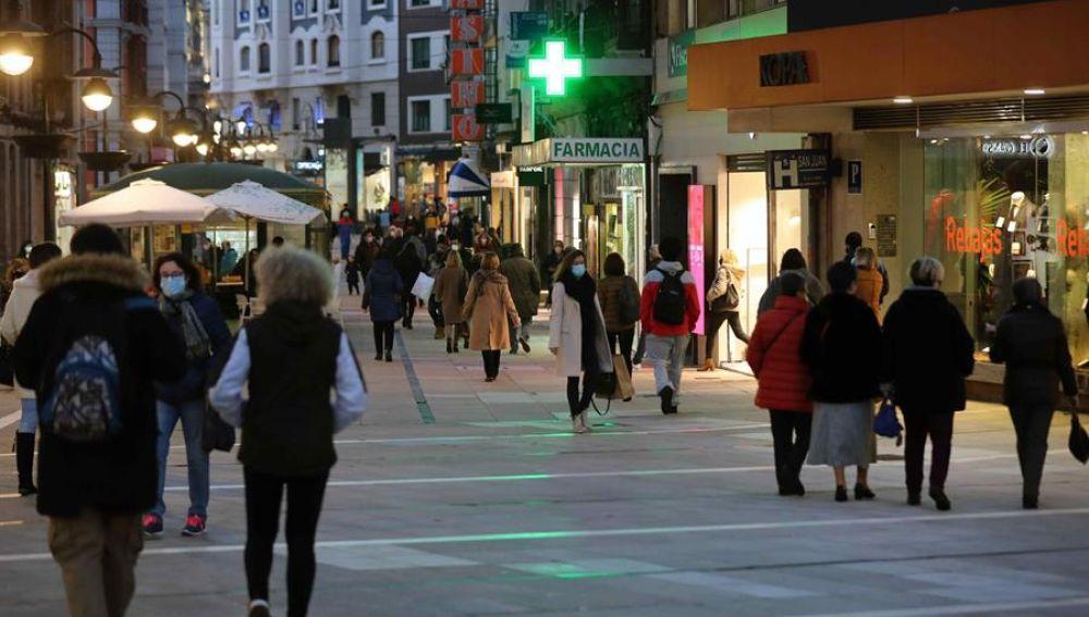 Decenas de personas pasean por una calle