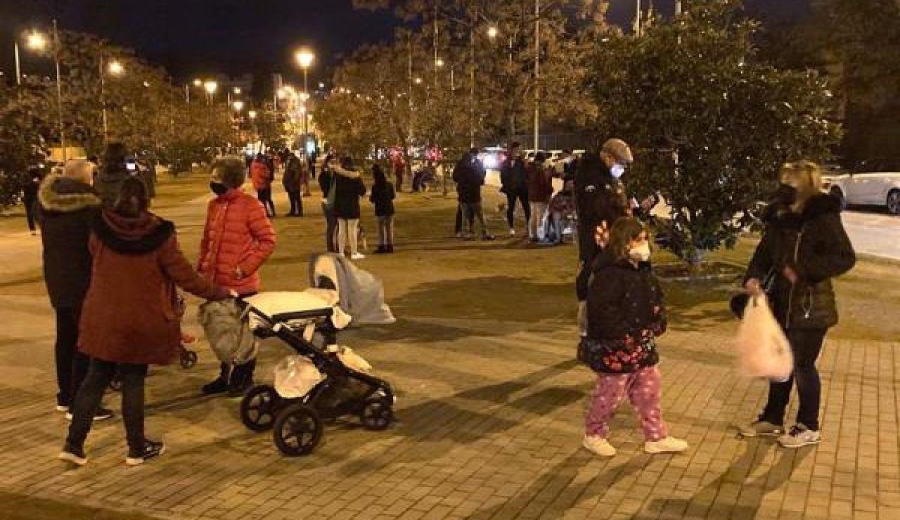 Centenares de personas salen a la calle en Granada tras la sucesión de terremotos