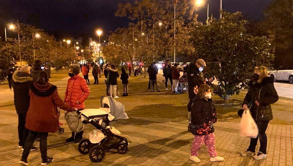 Vecinos se echan a la calle en plena noche en Granada después de sentirse varios terremotos.