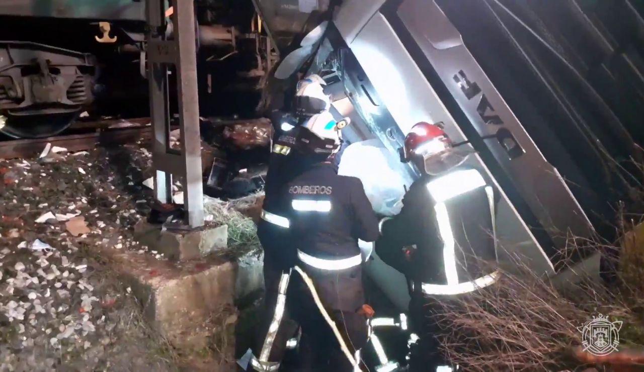 Los bomberos rescatan a un hombre tras un accidente