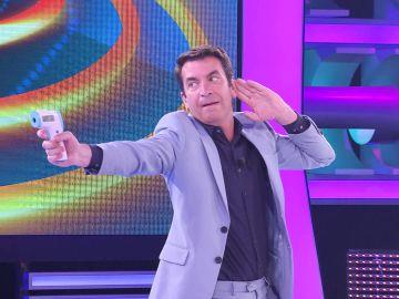 ¡Ni James Bond! Arturo Valls 'ataca' al público con la pistola para medir la temperatura