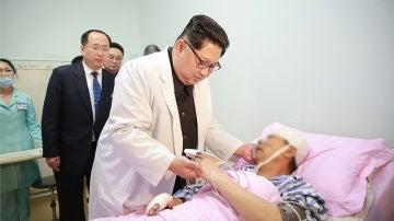 Kim Jong-Un visitando a un enfermo