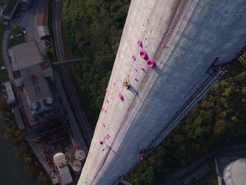 Janja Garnbret y Domen Skofic escalan la chimenea más alta de Europa en Eslovenia con 360 metros de altura