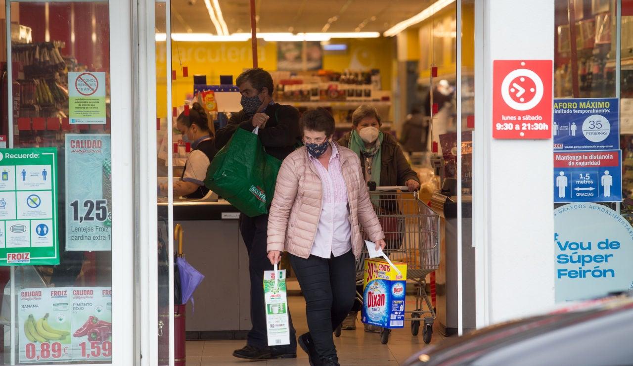 Una mujer compra en un supermercado de Castro Riberas de Lea al no poder ir a Lugo por las restricciones