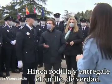 """Así reacciona Almeida ante un policía que pide matrimonio a su novia en un acto oficial: """"La que has liado, pollito"""""""