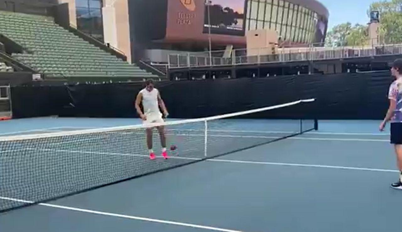 El increíble vídeo de Rafa Nadal jugando al fútbol-tenis en Australia