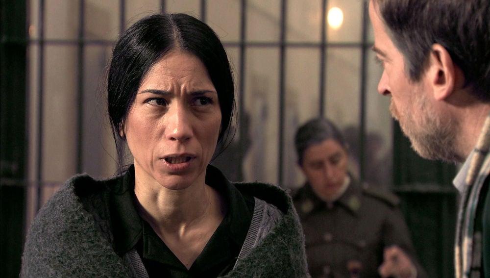 Manolita, aterrada recibe la visita de Marcelino