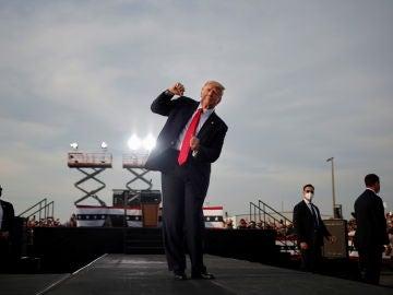 Donald Trump baila durante un mitin