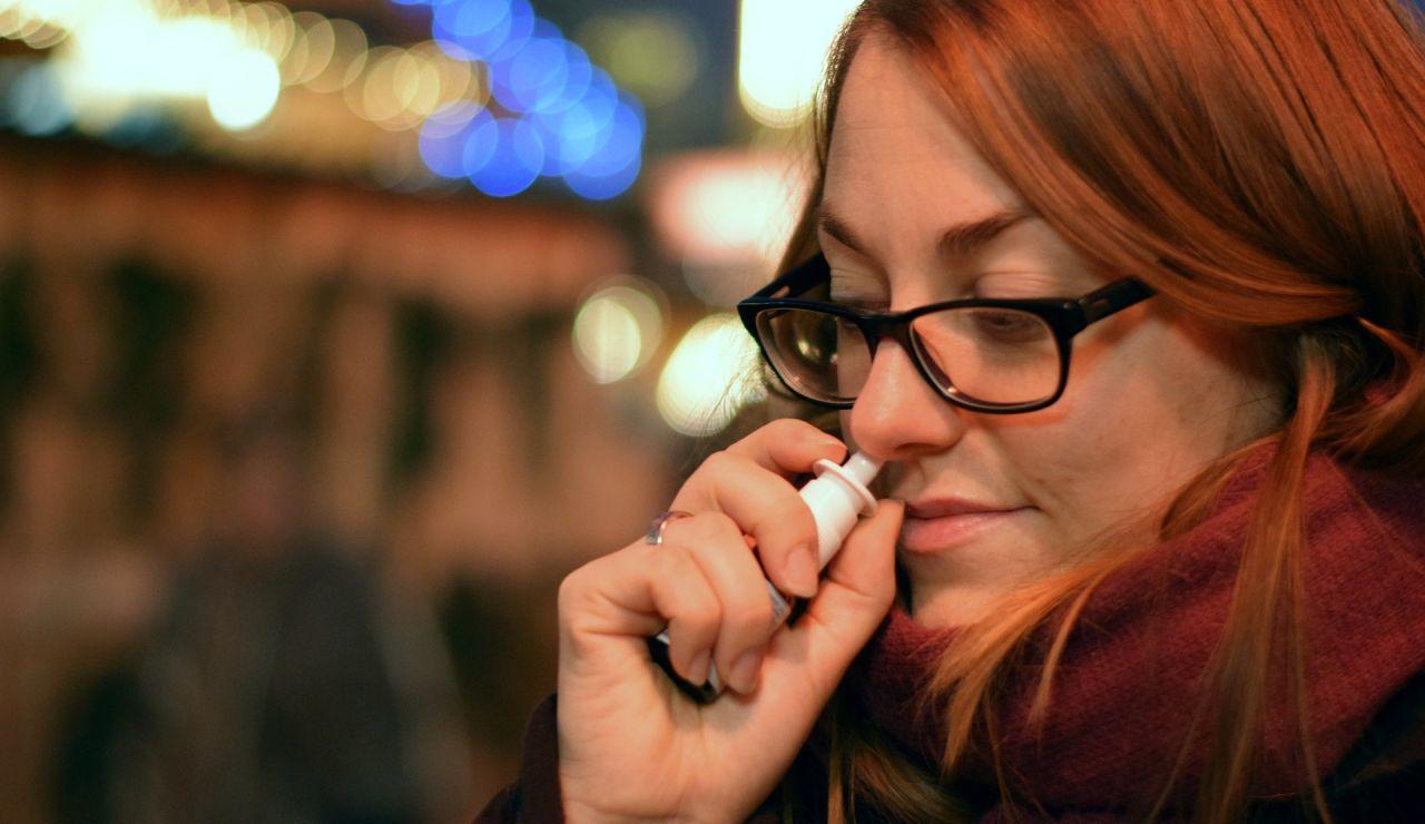 Mujer con un spray nasal