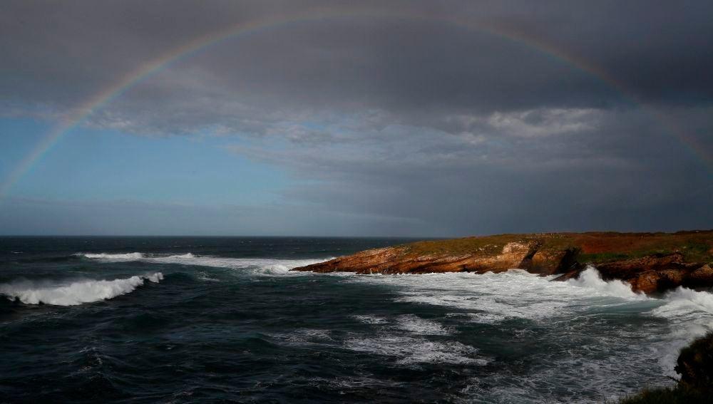 Vista del arco iris en la localidad de Rinlo, cerca de Ribadeo, Lugo, un temporal de viento azota la costa norte de España como consecuencia de la paso de la borrasca Justine.