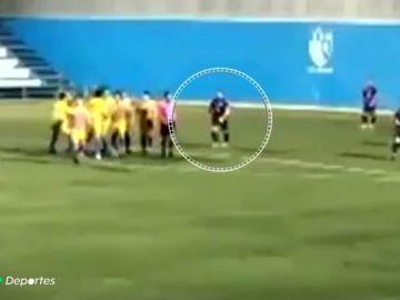 Brutal agresión por la espalda a un árbitro en un partido de regional del fútbol sevillano