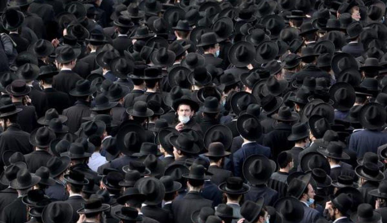 Miles de judíos ultraortodoxos se saltan el confinamiento en Israel para ir a un funeral