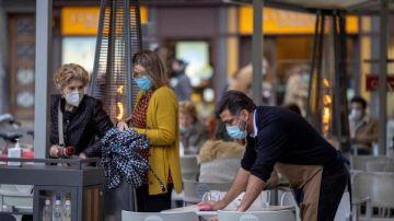 Restricciones Asturias: Un camarero limpia una terraza en Asturias