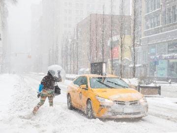 Una mujer corre hacia un taxi en Union Square