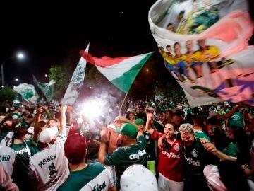 Cientos de hinchas de Palmeiras celebran la conquista de la Copa Libertadores