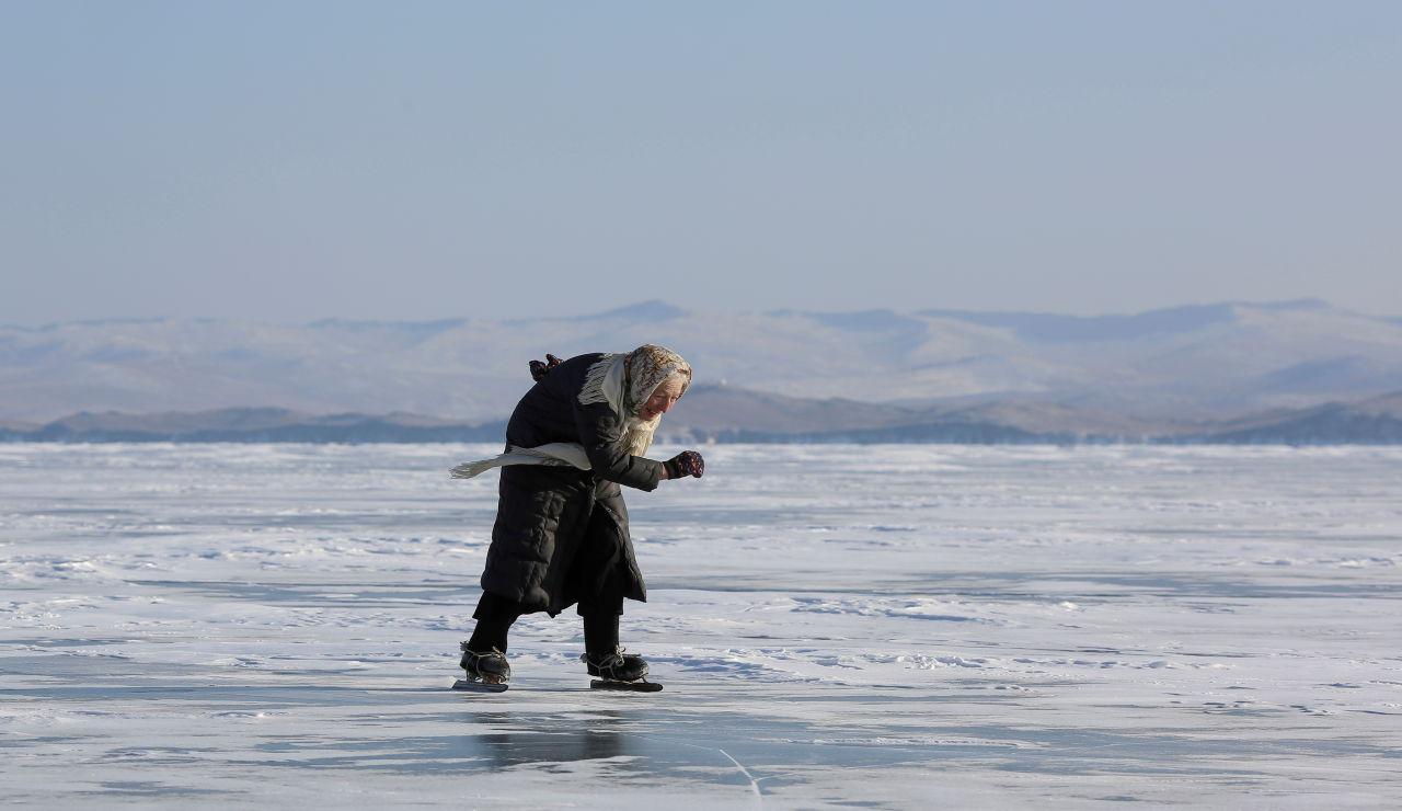 Lyubov Morekhodova, la anciana de 79 años que patina sobre un lago helado de Siberia para poder llegar a su granja