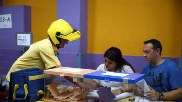 Elecciones Cataluña 2021: Imagen de archivo de un cartero entregando el voto por correo en una mesas electoral del Colegio Santa Marta de l'Hospitalet de Llobregat