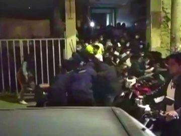 70 personas intentan huir de una fiesta ilegal en Boliva provocando una avalancha humana a pesar del coronavirus