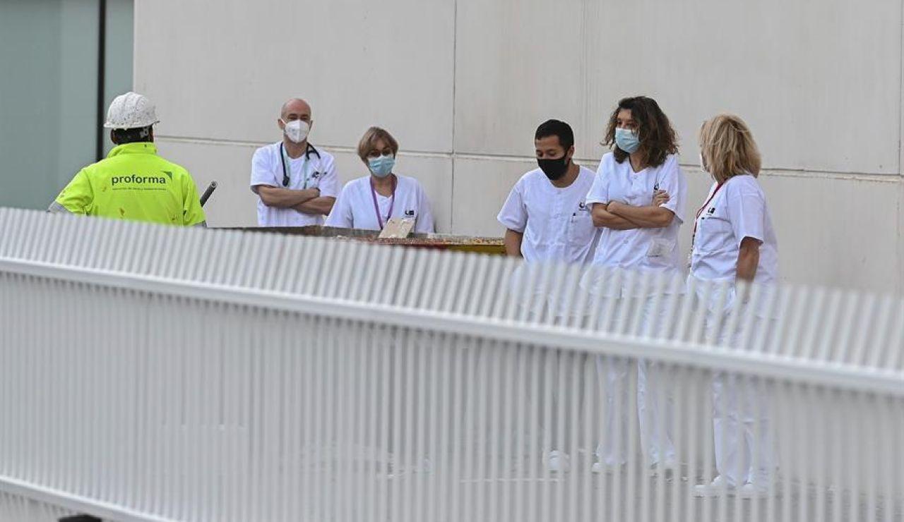 Un grupo de sanitarios a las puertas del hospital de pandemias Isabel Zendal.