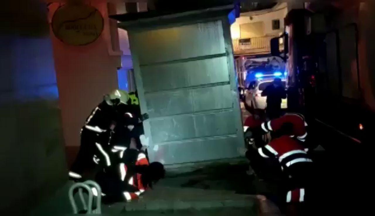 Rescatan a una mujer en Marbella atrapada en un contenedor soterrado de basura