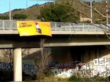 El 'caganer' gigante de Sociedad Civil Catalana en las entradas de Barcelona: 'El procés, la gran cagada'