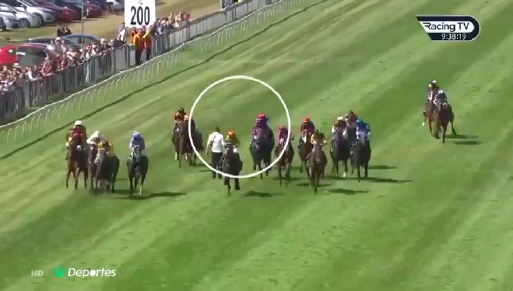 El escalofriante momento en que un espontáneo salta en mitad de un carrera de caballos en Nueva Zelanda