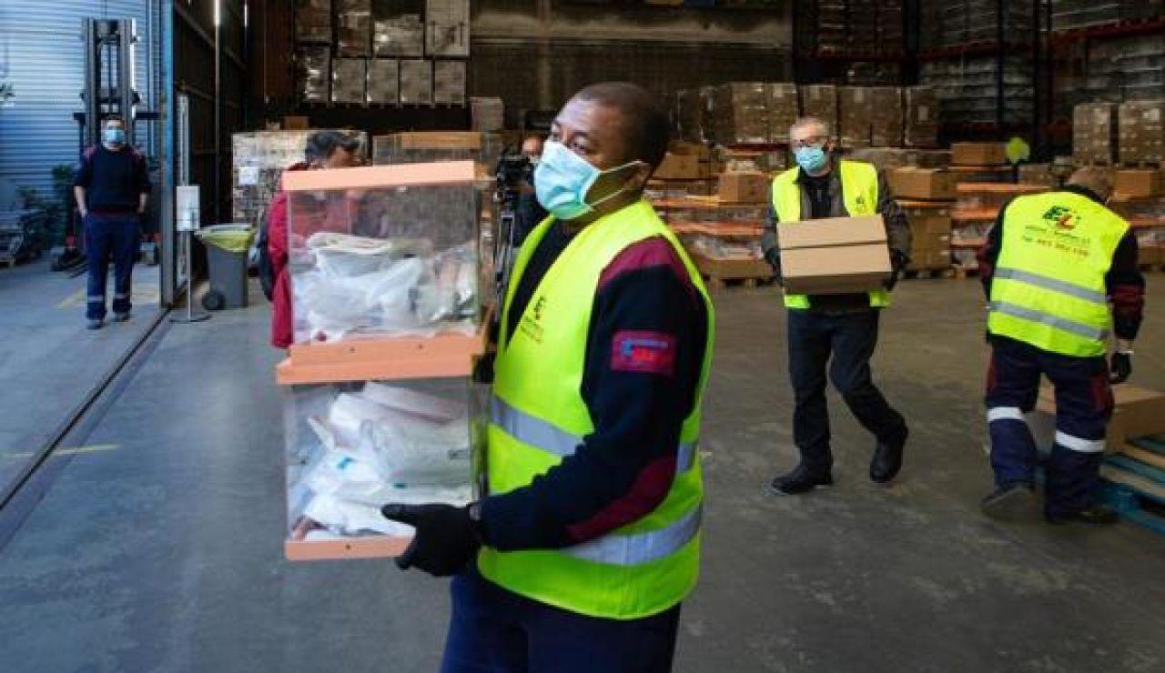 Operarios del de los Talleres Municipales del Ayuntamiento de Barcelona donde se guarda el material electoral
