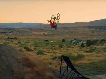 Cameron Zink y su increíble récord: un backflip de 33 metros sobre su mountain bike