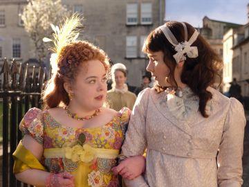 Nicola Coughlan y Claudia Jessie como Penelope y Eloise en 'Los Bridgerton'