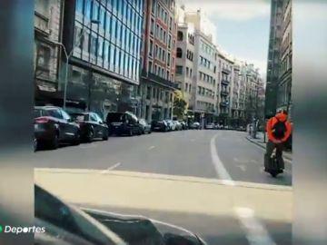 La tremenda imprudencia de un hombre circulando sobre su monociclo eléctrico a 70 kilómetros por hora por el centro de Barcelona