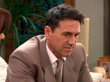 Abel, desconcertado ante la extraña actitud de Emma y Manolín