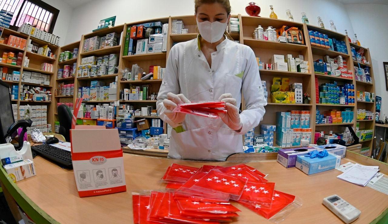 Una trabajadora prepara las mascarillas que se repartirán gratuitamente entre los ciudadanos.