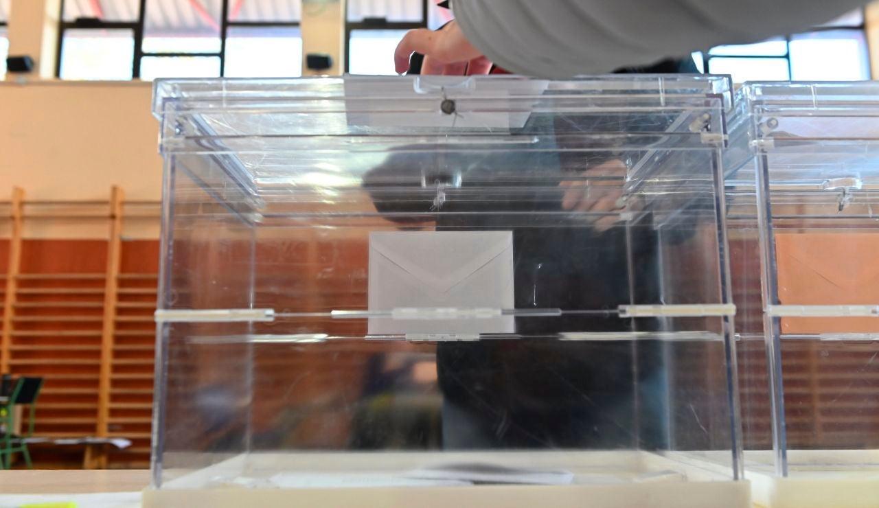 Una persona ejerce su derecho al voto