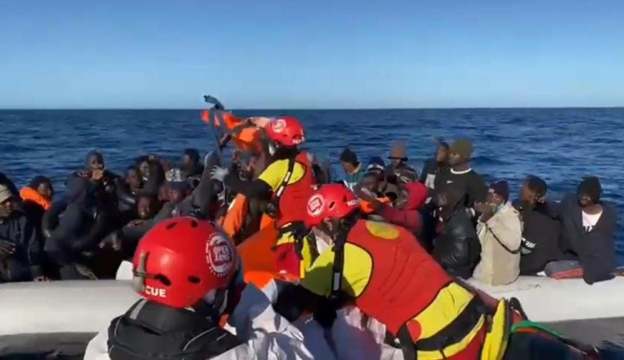 Open Arms rescata a 45 personas, una de ellas embarazada, hacinadas en una barca en mitad del Mediterráneo