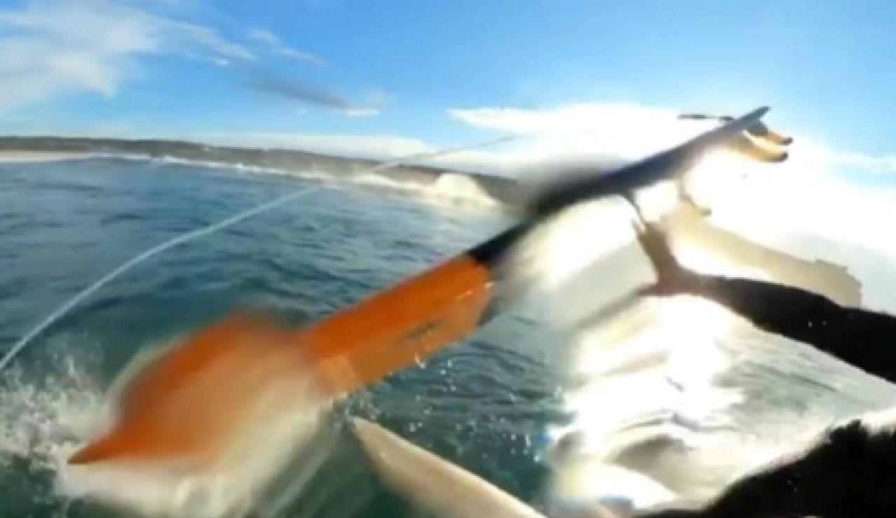 Sebastian Steudtner graba el terrible momento en que la tabla de otro surfista le golpea mientras cabalga una ola en Nazaré