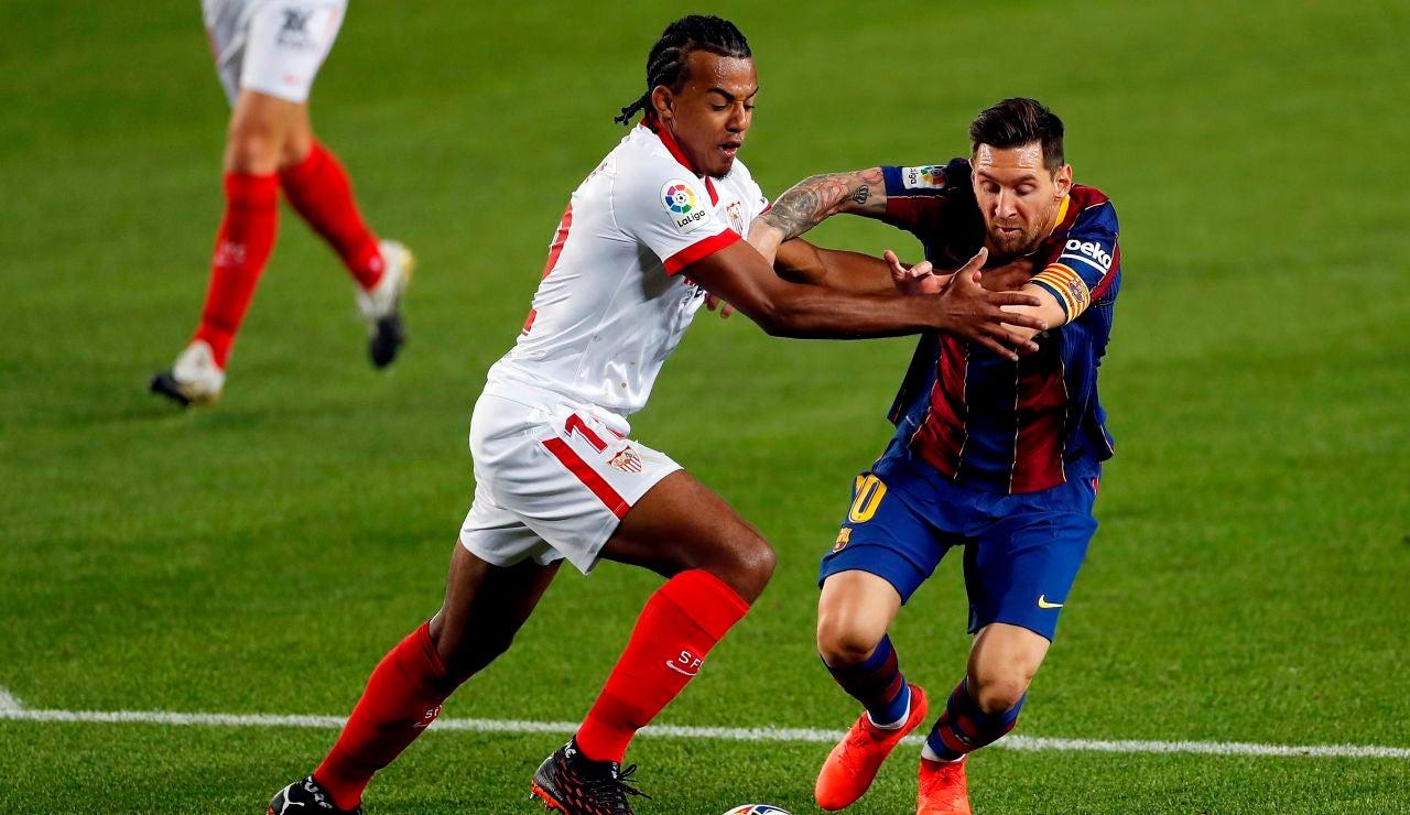 Koundé y Messi disputan el balón durante un Sevilla - Barcelona