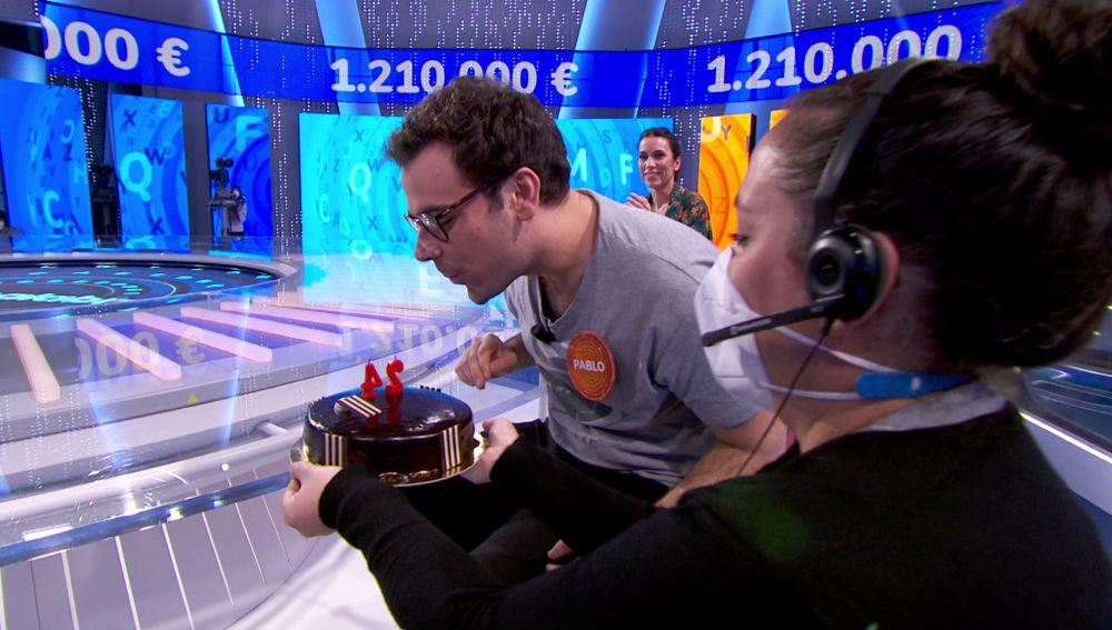 """El equipo de 'Pasapalabra' sorprende a Pablo por su cumpleaños: """"Que se cumplan todos tus sueños"""""""